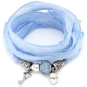 Hellblaues Seidenarmband mit Anhängern und Beads hellblau